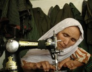 """Couturière afghane  """"microfinancée"""". I.Hashemi, Afghanistan Reconstruction Trust Fund/AusAID/Flickr (c.c)"""