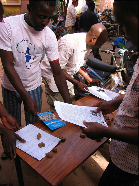 Journees ouvertes avec les travailleur-euse-s migrant-e-s expulsés et refoulés, Centre Djoliba (Bamako), mars 2008. Photographie Noborders Network / Flickr (c.c)