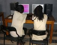 Jeunes filles utilisant internet à Thiès, Sénégal/Photo ONG Nexus/Flickr (c.c)