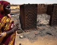 25/03/2014. Une femme à Mellit, Nord Darfour, près de sa maison détruite à la suite d'affrontements. Photographie  Albert Gonzalez Farran, UNAMID / Flickr (c.c)