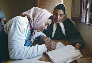 Jeunes filles en cours de littérature. Makthar. 1/Jan/1990. Makthar, Tunisie. UN Photo/Sanjeev Kumar / Flickr (c.c)