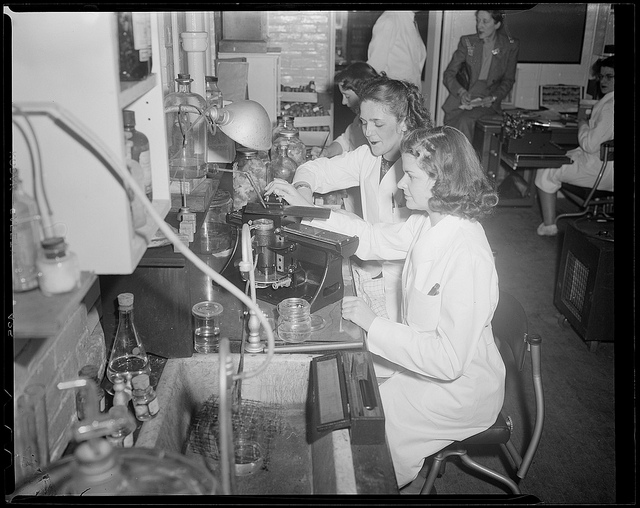 """""""Women and men working in laboratory"""", Photographie John Leslie, Boston Public Library / Flickr (c.c)"""