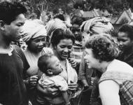 Dr. Margaret Mead, anthropologue, en visite de terrain à Bali, Indonésie, en 1957 / AP Photo