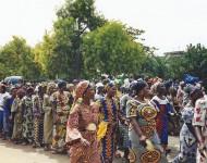 Défilé de femmes lors de la fête nationale à Cotonou le 1er août 1999
