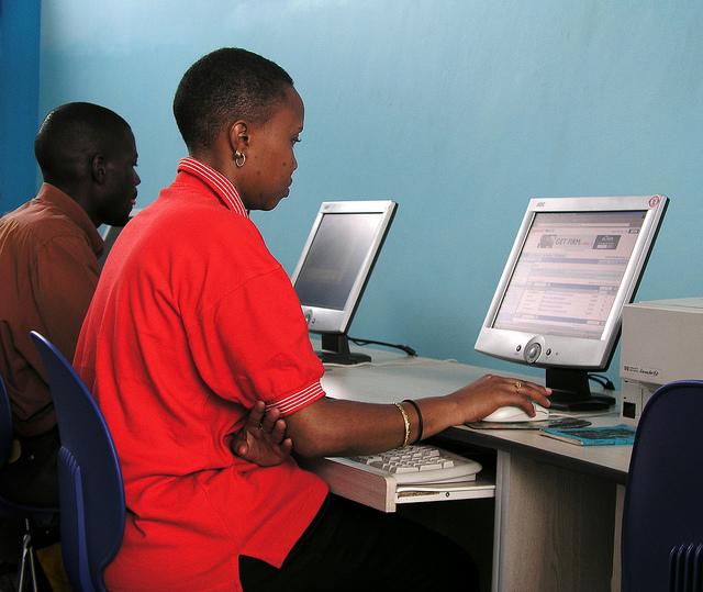 Café internet, Kampala, Ouganda. Photo : Arne Hoel, World Bank / Flickr (c.c)