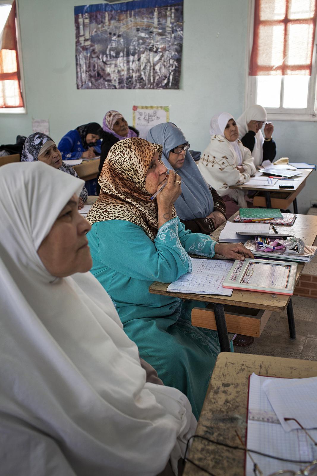 Cours d'alphabétisation pour les femmes dans une école primaire d'El Bordj (Algérie 2012)/ Photographie BTC, Belgian Development Agency fickr c.c)
