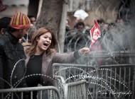 Une femme crie sa colère à Tunis contre la violence suite à l'assassinat du militant de l'opposition Chokri Belaid tué le 06 Février 2013 à Tunis. Cette scène se passe devant le Ministère de l'Intérieur Avenue Bourguiba (2013)/Photographie François Bioche (c.c)