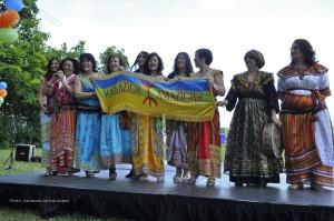 Carrefour jeunesse emploi de l'Outaouais fête les 20 ans de Passeport travail au Parc Moussette, Gatineau (Québec) Canada, avec la prestation de groupes folkloriques de différentes communautés immigrantes, ici des femmes berbères (2013)/ Photographie CJEOutaouais (c.c)
