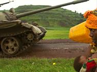 femme deplacee rencontrant un char