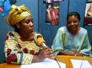 Des femmes réfugiées de Conakry évoquent leurs problèmes dans une radio locale. Côte d'Ivoire. Photo: Ami Vitale / Banque Mondiale