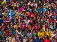 Amritsar - Foule indienne ... Les femmes d'un côté. A la cérémonie de fermeture de la frontière avec le Pakistan (2014)/ photographie  Thomas Piel (flickr c.c)