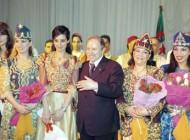Le président algérien entouré de femmes lors de la commémoration de la journée internationale des femmes (Algérie, Mascara, 2004)/ Photographie Mourad b (flickr c.c)