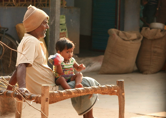 """""""Old Man and Grandson, West Bengal, India"""" / Photo Shayan Sanyal / Flickr (c.c)"""