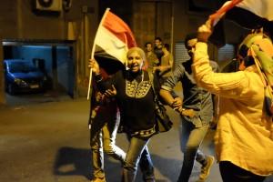 Le Caire, 3 juillet 2013 :après l'annonce du départ du président Morsi, c'est la liesse dans les rues : klaxons, feux d'artifices, chants. Jeunes, vieux, hommes, femmes, enfants, tous se retrouvent/ Photographie Yann Renoult (flickr c.c)